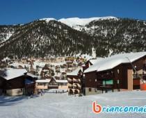 passage de la piste de ski entre les batiments de la résidence la ferme d'augustin