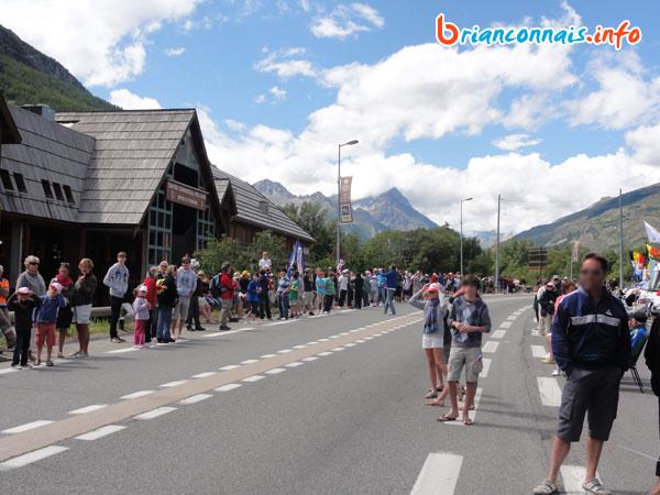 Spectateurs derrière le centre commercial Pré Long