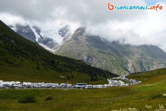 Les files de camping-cars vers Villar d'Arène