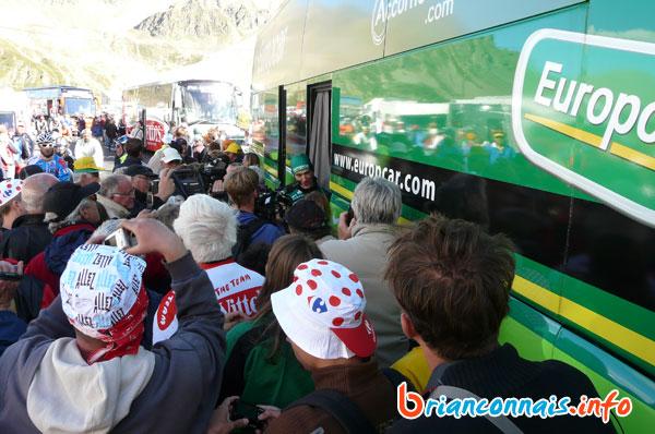 Pierre Rolland interviewé devant le bus Europcar